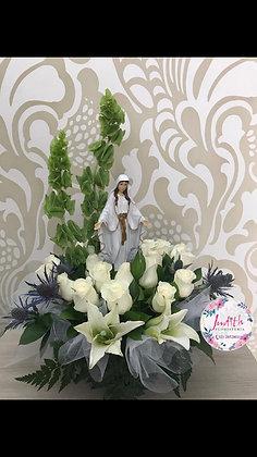 F65-  Arreglo en rosas y lirios con imagen de María Santísima