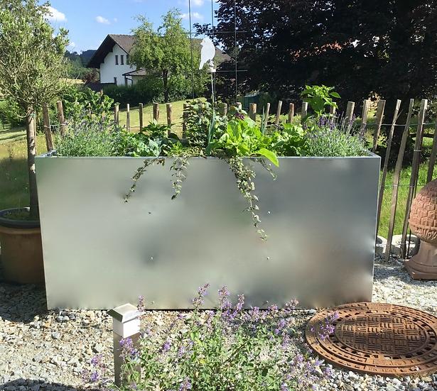 Langlebiges Hochbeet in verzinktem Stahl - bepflanzt mit Gemüse und Blumen