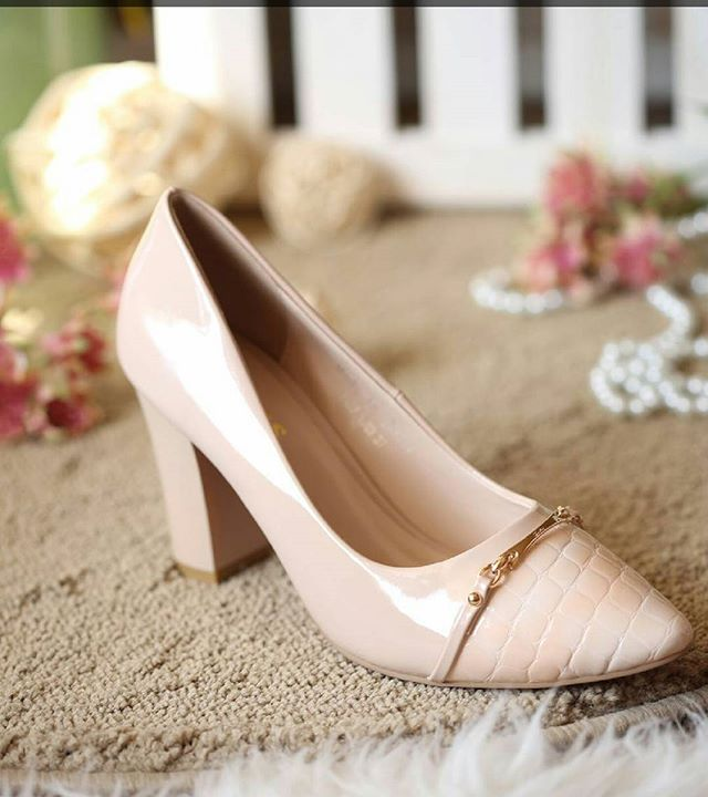 ( Real imagination )_روعة التصميم و جودة المنتج في حذاء عصري بثلاث ألوان _تجدينها في محلات _ كان _ ف