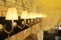 Авторская компоновка линии светильников в ресторане