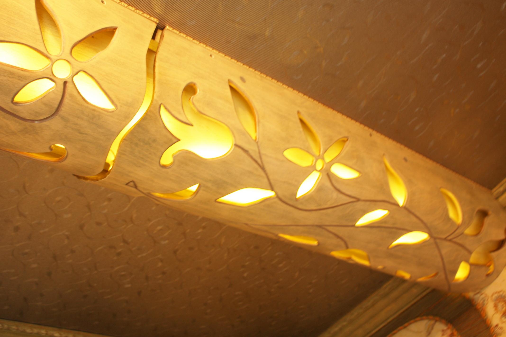 Декоративный свет в прорезном рисунке балки