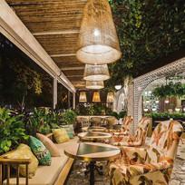Interior en la noche del restaurante Malanga del trópico