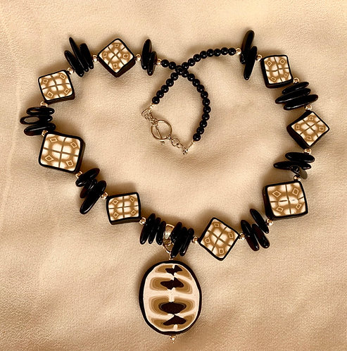 Black/brown/white short necklace with pendant