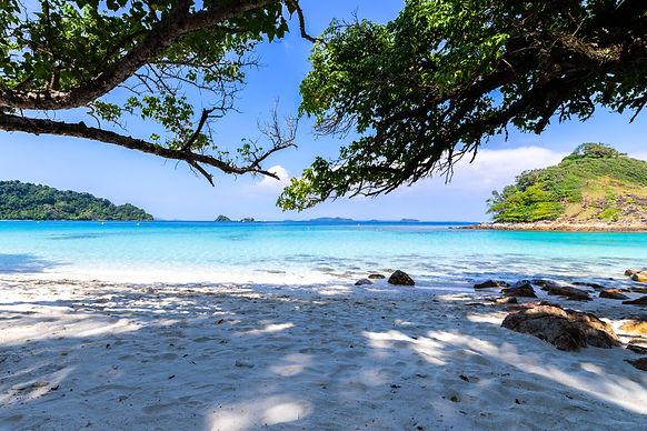 เที่ยวเกาะพยาม นอนรับลมริมหาด