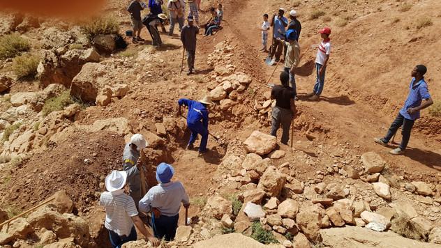 Préparation de la zone, extraction et déplacement de rochers, gabions actifs (en cage), tablier de pierre en amont...