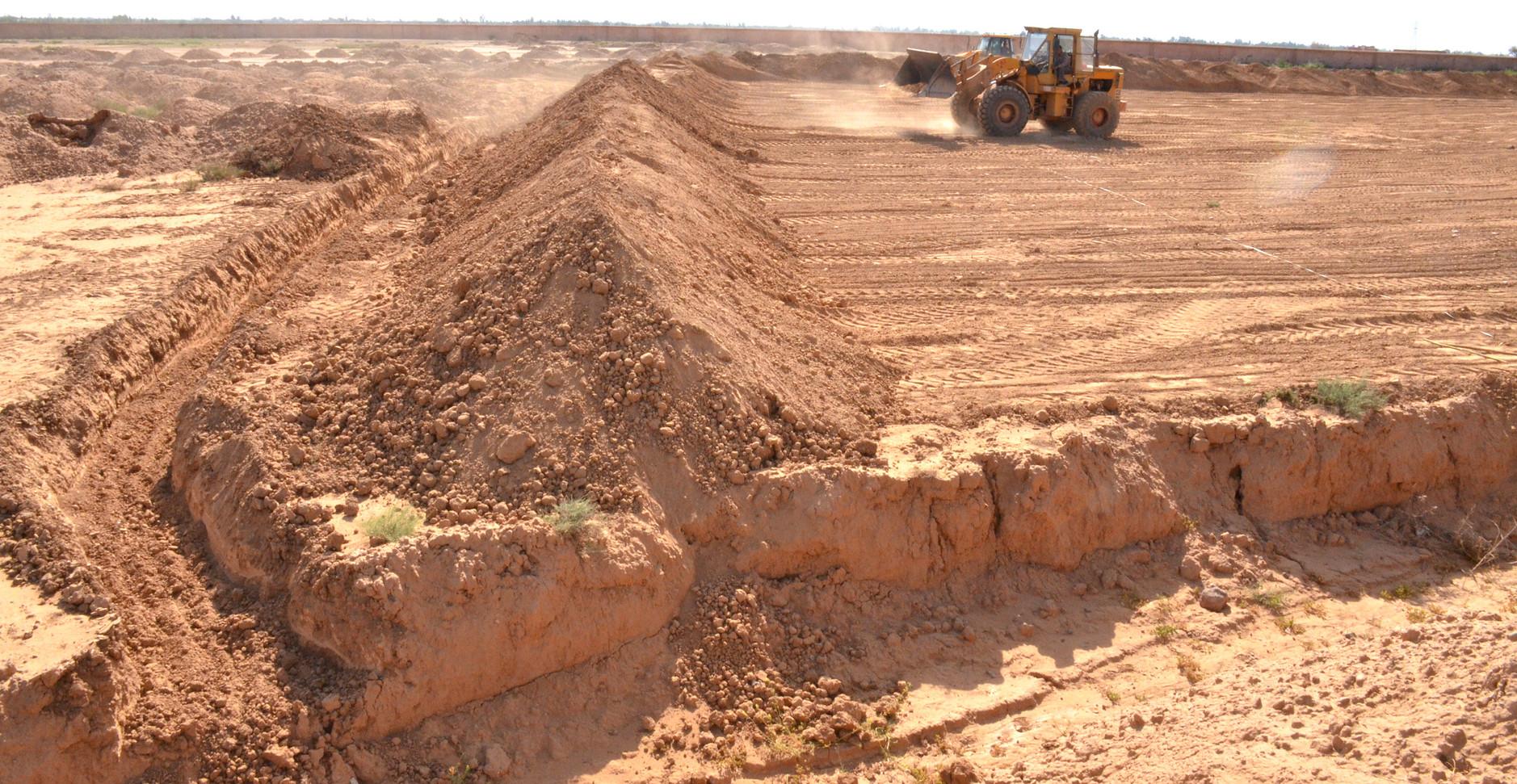 Préparation de la digue et du fossé contre les inondations...
