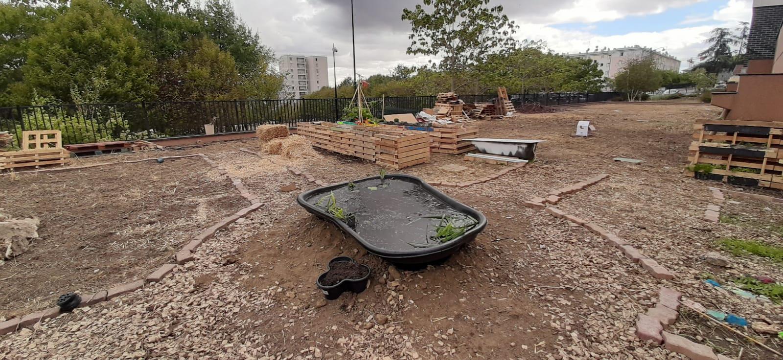 Après le nettoyage, installation des zones du jardin...