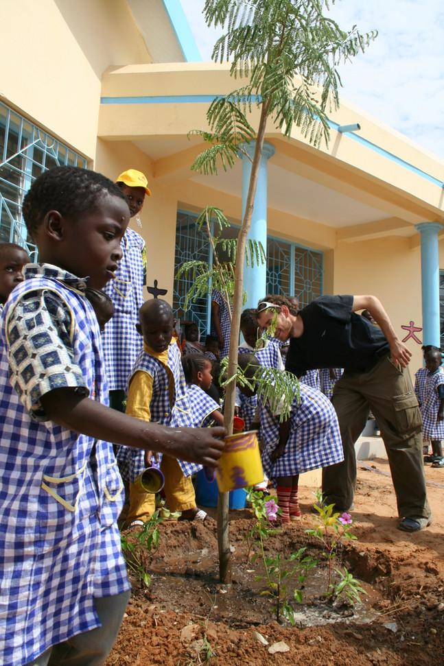 Plantation des arbres avec les élèves...