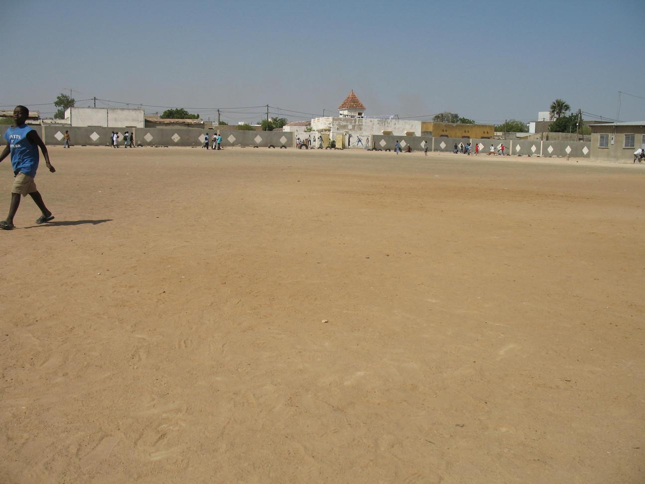 Toute les photos avec des arbres étais unn deserte comme dans cette cour d'école!....