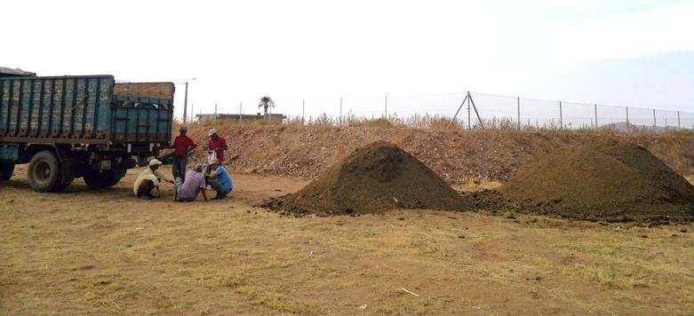 Acheminement du fumier pour prréparation du compost...