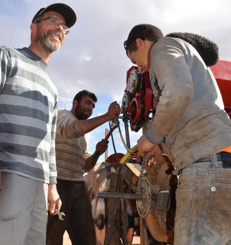 Frank chevalier forme des jeune marocain à reproduire la charrue! la classe!!!
