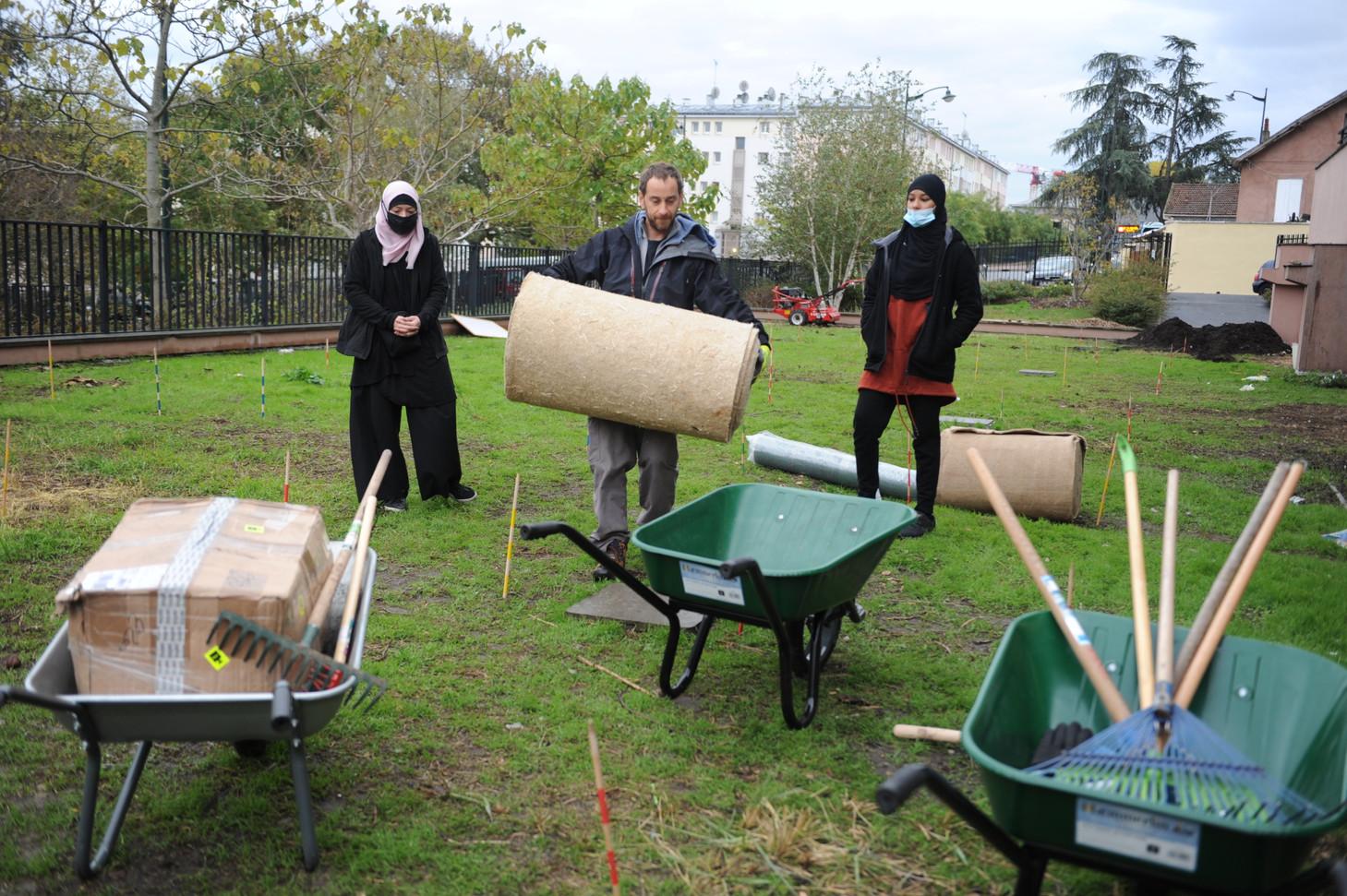 Préparation des matériaux pour les essais de couvertures de sols...