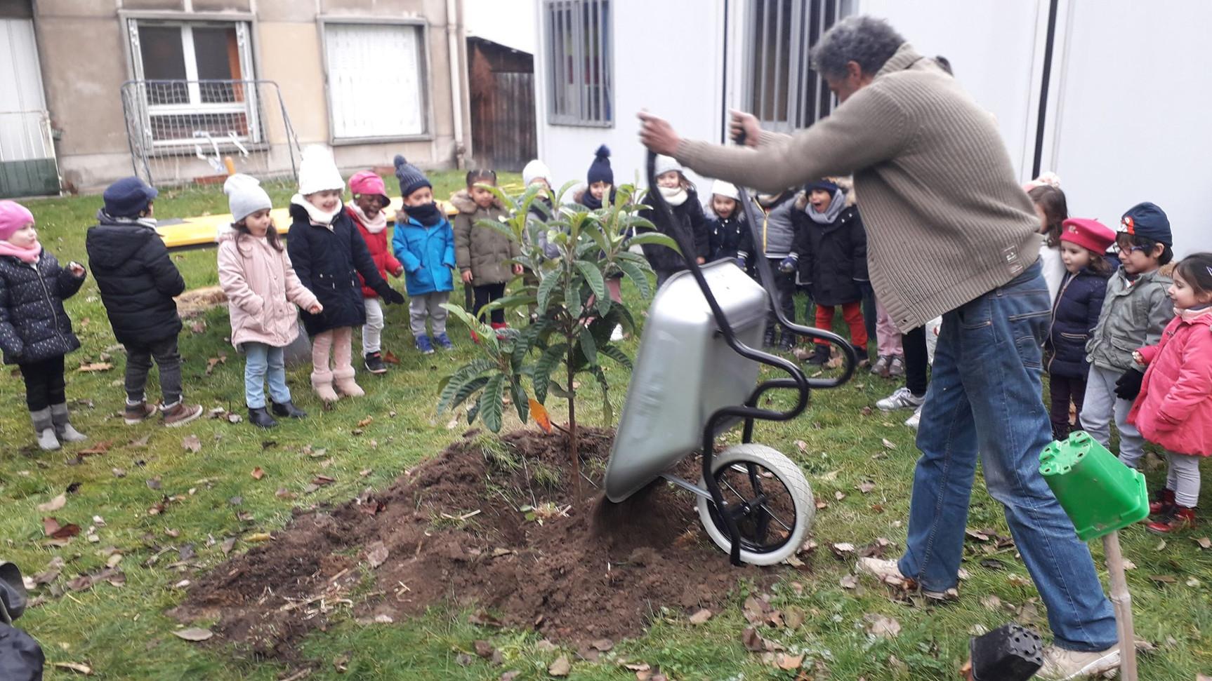 Plantation d'un arbre avec les enfants...