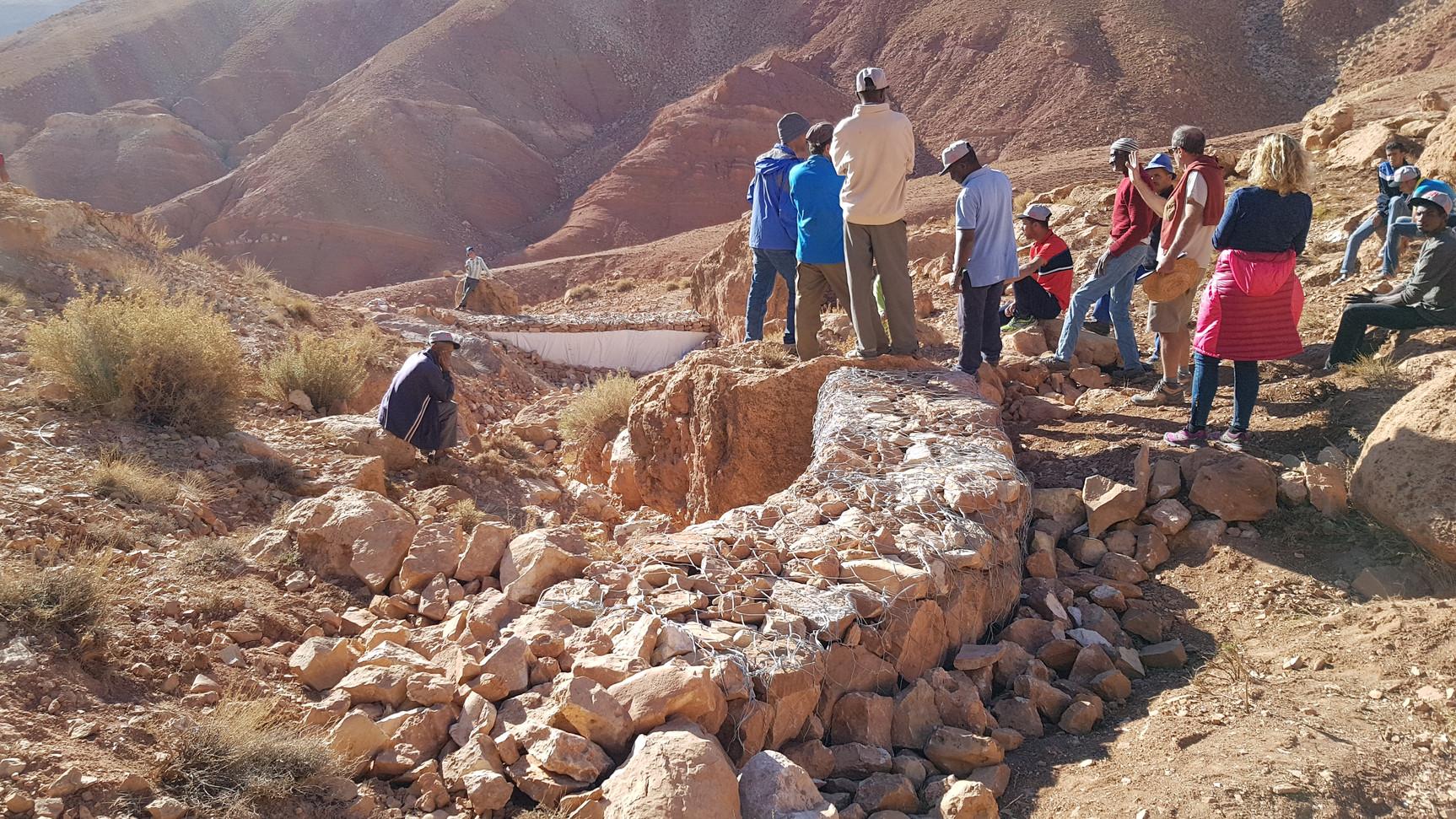 Préparation d'autres gabions dans le talweg pour ralentir l'eau jusqu'au barrage...
