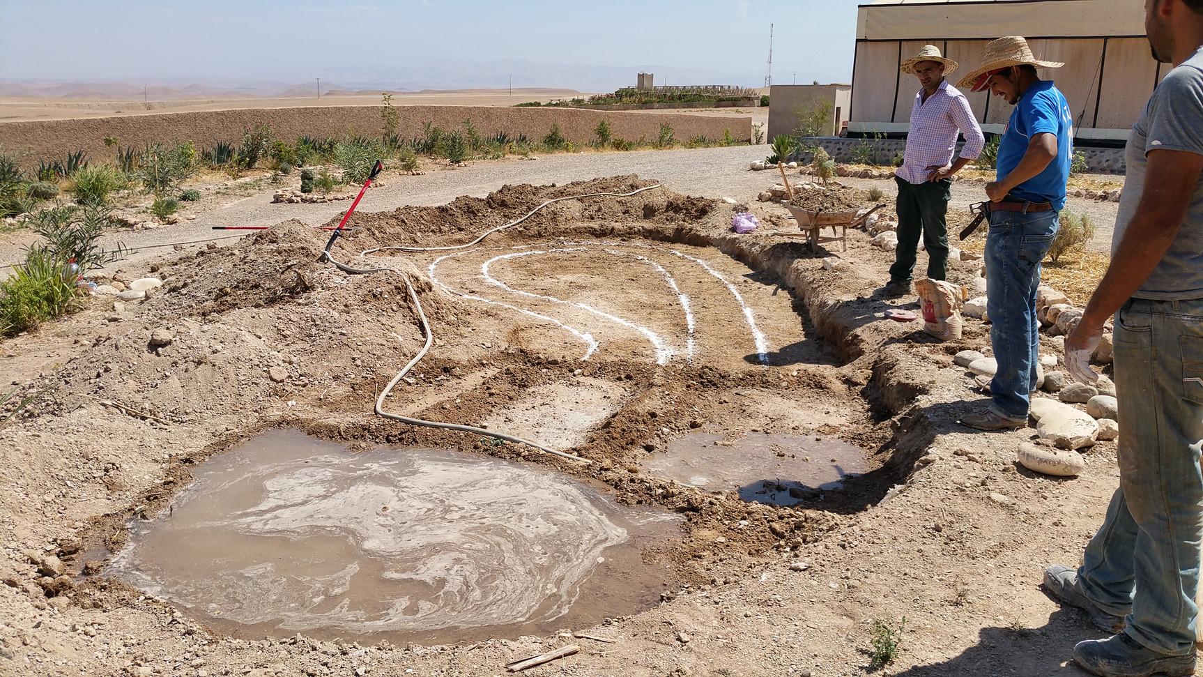 Irriguer de petites zones pour ameublir le sol et  pouvoir creuser sans se blesser...