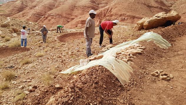 Installation d'un bâche pour éviter le creusement par le ruissellement de l'eau....
