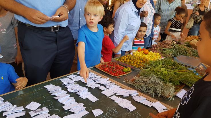 Vente de semences bio produite par les enfants pour financer le soutien à d'autres écoles dans le besoins....