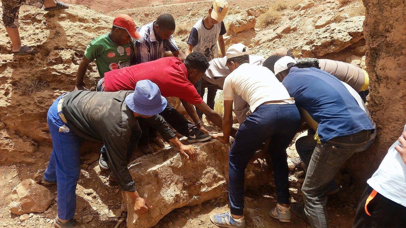 Préparation de la zone, on enlève les rochers qui gènent pour préparer la clef d'incrustaion du gabion....