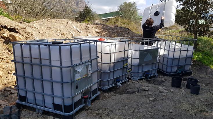 Compostage en lombriculture avec des tonnes à eau avec robinet pour récupération des lixiviats...
