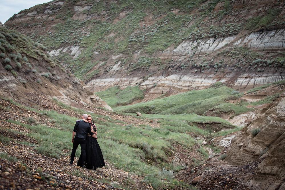 Badlands Alberta, near Drumheller. Elopement photo of bride and groom in the badlands