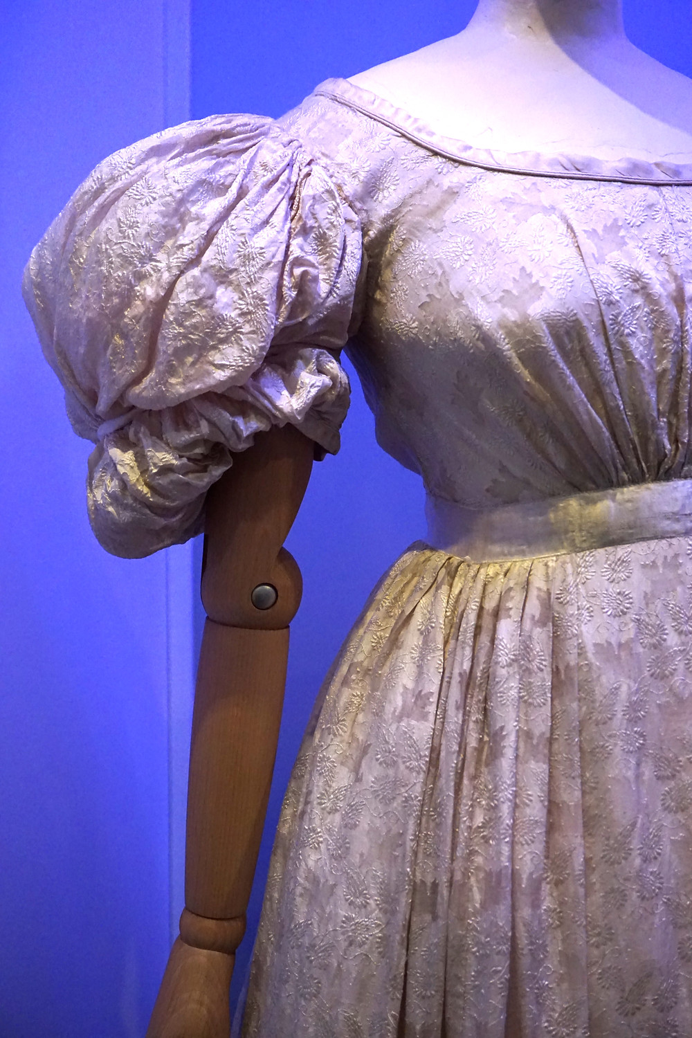 Wedding dress, Britiain from about 1828, made of silk with pineapple fibre