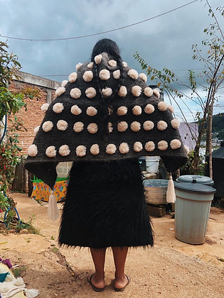 Capa de lana con bolitas