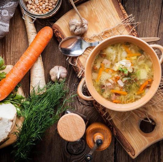 суп-гороха-с-овощами-и-беконом-на-деревя
