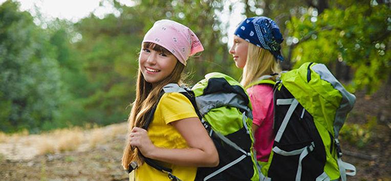 молодые-путешественники-с-рюкзаком-в-сво