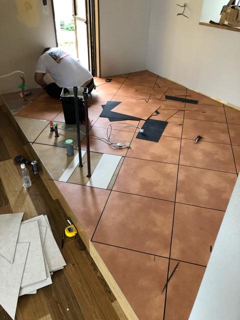 キッチン床貼り施工状況