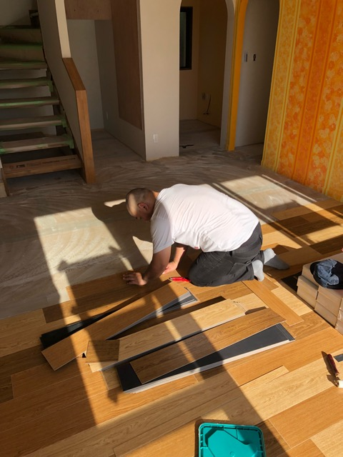 1階床貼り施工中写真