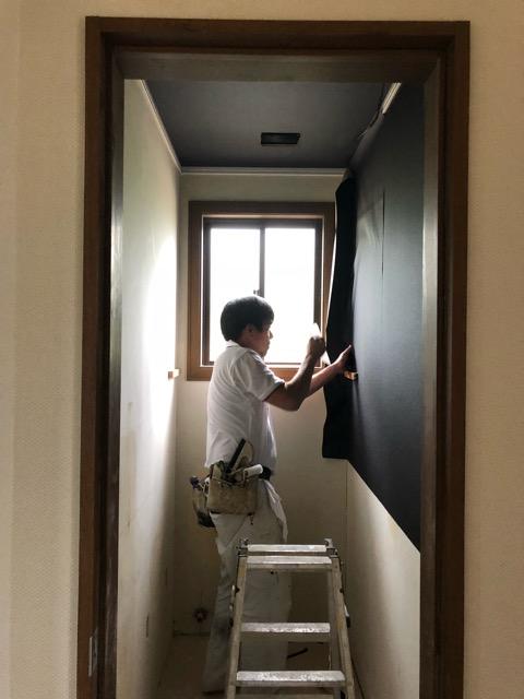 2階トイレクロス貼り施工中写真