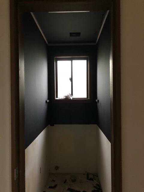 2階トイレクロス貼り施工後