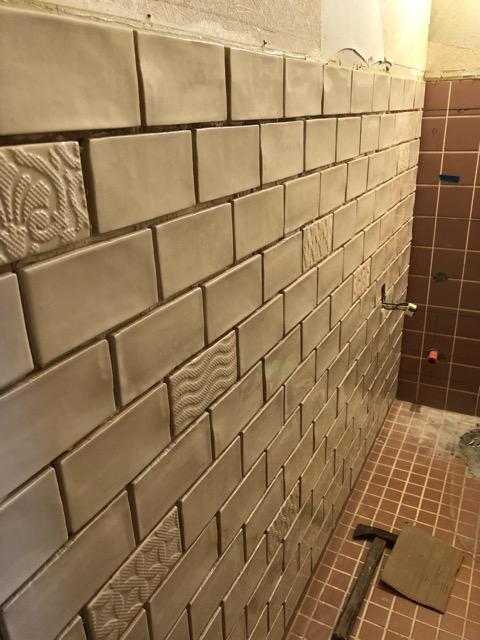 トイレタイル壁面施工途中アップ写真
