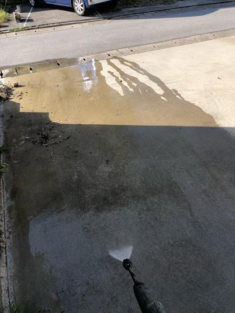 駐車場高圧洗浄中写真