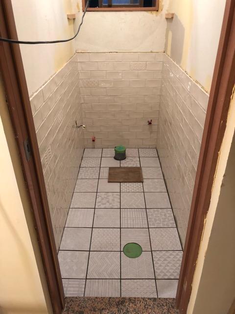 トイレ床タイル施工中写真