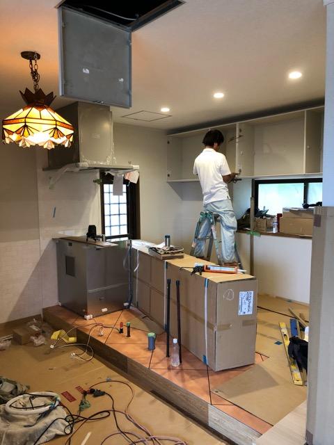 キッチン後方吊戸棚取付中