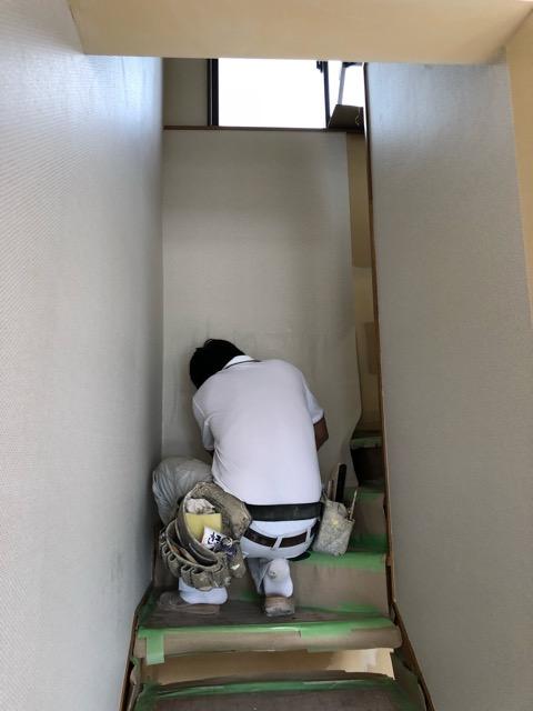 階段クロス貼り施工中