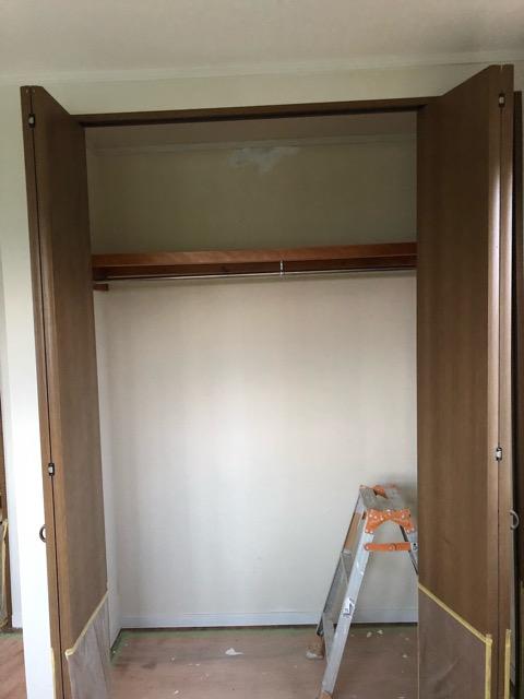 DIY塗装準備の1階収納内部パテ塗装状況
