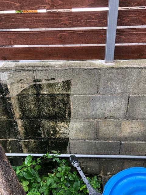 裏庭奥の壁高圧洗浄中写真