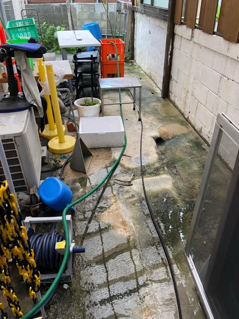 洗濯干し場高圧洗浄前写真(反対側から)