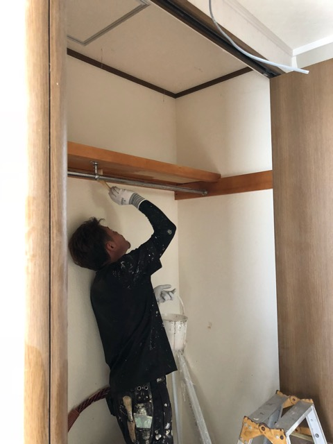 階段塗装中収納内部塗装中