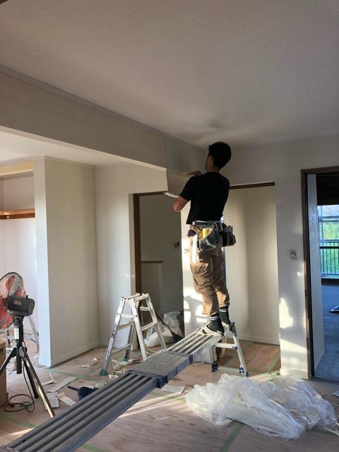 2階子供部屋クロス貼り施工中