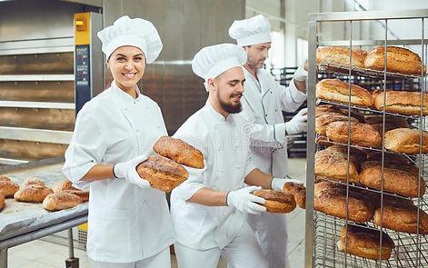 una-mujer-del-panadero-sostiene-el-pan-f
