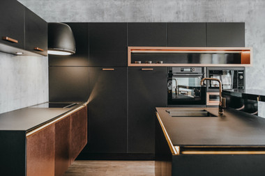 Miedziano-czarna kuchnia