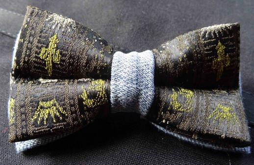 Noeud papillon, jean's et imprimé noir et vert