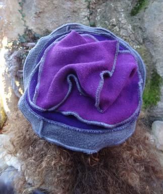 Chapeau violet et gris