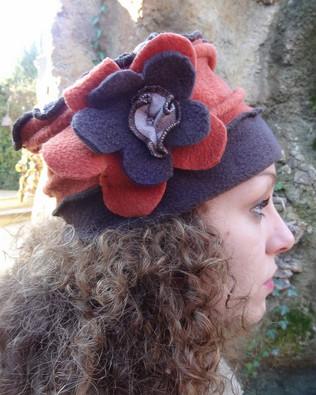 Chapeau polaire marron et rouille à fleur