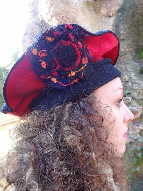 Chapeau béret en tissu polaire noir et rouge et fleur colorée