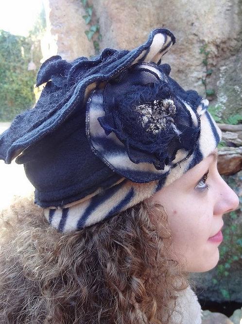 Chapeau béret en polaire noir et tigré avec motif en laine
