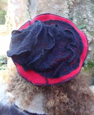 Chapeau rouge et noir, laine façon dentelle
